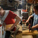 Die Bootsmannspraktikanten Yannic und David bauen gemeinsam ein Kartoffelsackregal