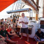 Detlef verteilt die Atlantiktaufurkunden