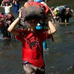 Wertvolle Last wird durch den brusthohen Fluss transportiert