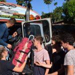Rucksack um Rucksack wird aus dem Bus heraus gehieft