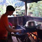 Julius zeigt seine Kochkuenste auch auf einem Nasoherd