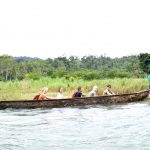 Moderne Einbaeume bringen uns ueber den Fluss zur Kakaoplantage
