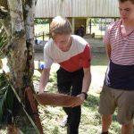 Geschickt trennt Yannic die Schalen vom Reiskorn