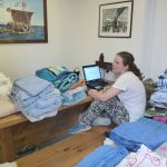 Auch Jordy sitzt an ihrem Blogeintrag zwischen frischgewaschener Bettwaesche