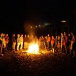 Am Lagerfeuer werden die Erlebnisse des Tages geteilt