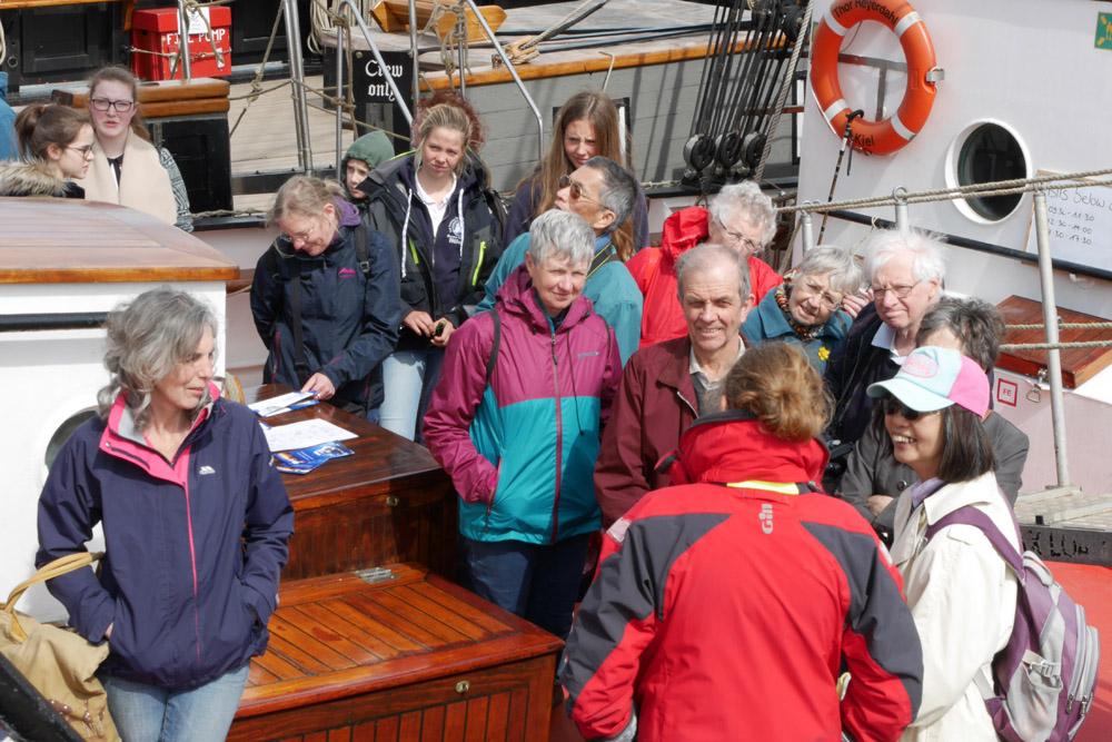 ''Here you can see the main deck...'' - Louise gibt Schiffsführungen