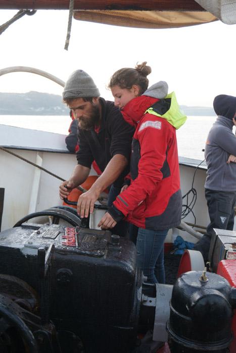 Werdende Bootsfrau wird ins Ankerspill eingewiesen