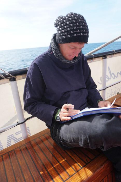 Yvonne beim Verfassen der Abschlussberichte