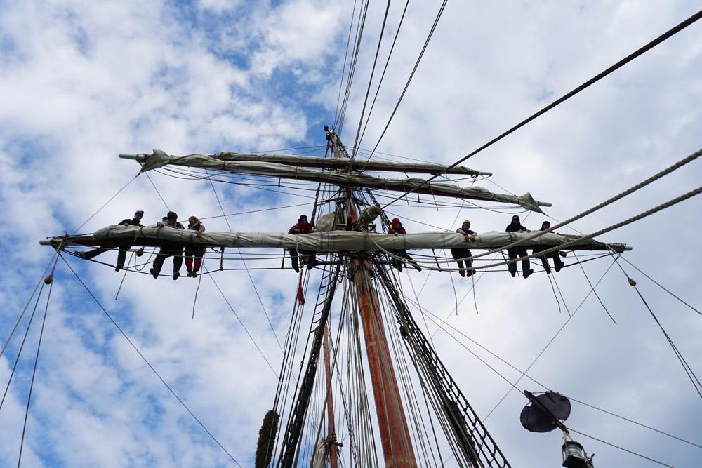 Die Segel werden Greenwich-fein gepackt