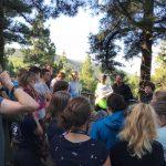 Unser Lehrer Tobi erläutert uns die Besonderheiten des kanarischen Kiefernwaldes