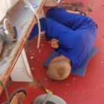 Schiffsarbeiten - Malte voll bei der Sache