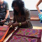 Mola Lisa (Kunaindianerin) verkauft ihre handgemachten Kunstwerke (Molas) auf der Thor