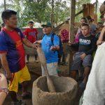 Die Nasos lehren uns das Handwerk des Reisstampfens
