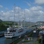 Das letzte Schiff am Vormittag in der Miraflores Schleuse