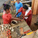 Nasos mit Tracht und handgemachten Kunstwerken