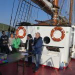 Positionsverkündung zur letzten Schiffsübergabe und Ruth und Detlefs Bewerbung als Kreuzfahrtpassagiere