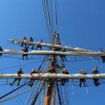 Schiffsarbeitentag beginnt mit Segelpacken