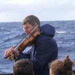 Am Samstag nach Großreinschiff holt auch unser Steuermann Johannes für Besanschot An seine Geige raus