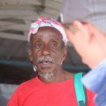 Luki lässt sich von einem Einheimischen erklären, wo man am besten frisches Obst kaufen kann