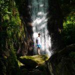 Leo vor dem beeindruckenden Wasserfall