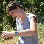 Hanna probiert einheimische Früchte