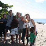 Kusis spielten mit einheimischen Kindern am Strand