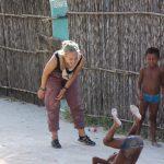 Theresa spielt mit den Kindern