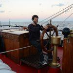 Maschinist Simon steuert das Schiff