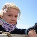Mit einem Halstuch aus der Manufaktur Kathrin ist Lucie gewappnet gegen die Winde des Atlantik