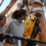 Die Schiffsleitung beobachtet das Manöver vom Achterdeck