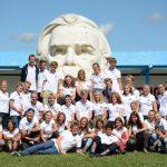 Gruppenbild vor der Schule mit Friedrich Engels