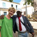 Kleingruppe Matanzas- Lukas spendet seinen Sakko an einen freundlichen Mann auf der Straße