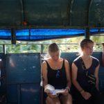 Kleingruppe Sankti Spiritus- Fahren in einem kubansichem Gemeinschaftstaxi