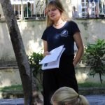 Melina hält ihr Referat über Ernest Hemingway auf seiner Finka