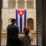 Anna K. und Jens schauen auf die kubanische Flagge im Innenhof des Museums