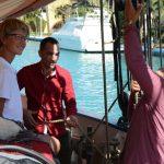 Ben Ra erklärt unseren Kubanern, Otto und Alejandro, das Setzen des Segels