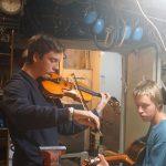 Leo und Bene beim Musizieren in der Last