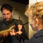 Laurent und Bootsmannsmaat Anna-Lena machen eine neue Schot für die Baumfock