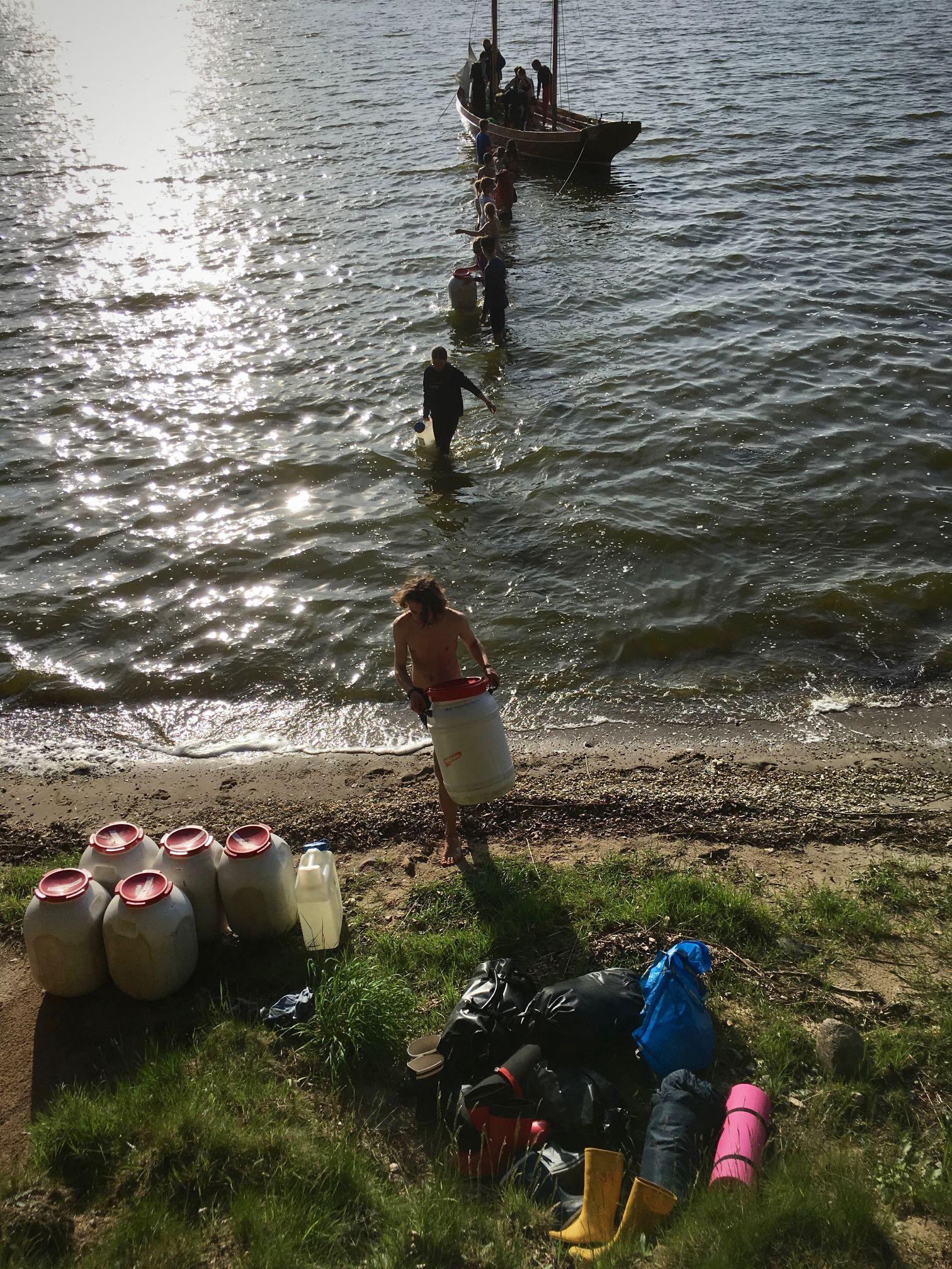 Landgang mit nassen Beinen - durch das Wasser ans Ufer