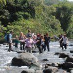 Gemeinsam durch den reißenden Fluss